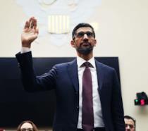 Una foto di Sundar Pichai mentre giura dinanzi al Congresso USA