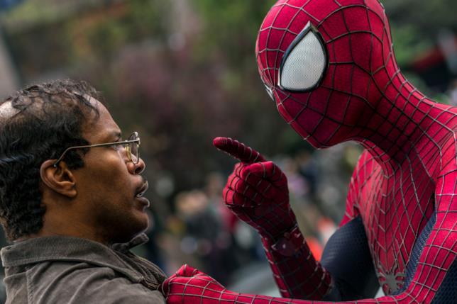 Una scena di Andrew Garfield e Jamie Foxx in The Amazing Spider-Man 2