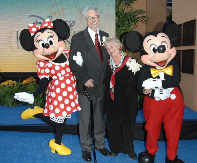 Al centro, Russi Taylor insieme a suo marito Wayne Allwine con accanto due figuranti vestiti da Topolino e Minnie