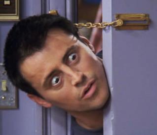 Joey mette la testa in una porta