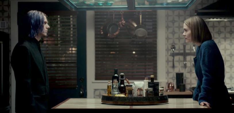 Faccia a faccia tra Kai (Evan Peters) ed Ally (Sarah Paulson)