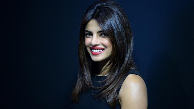 Priyanka Chopra sorridente a un evento ufficiale