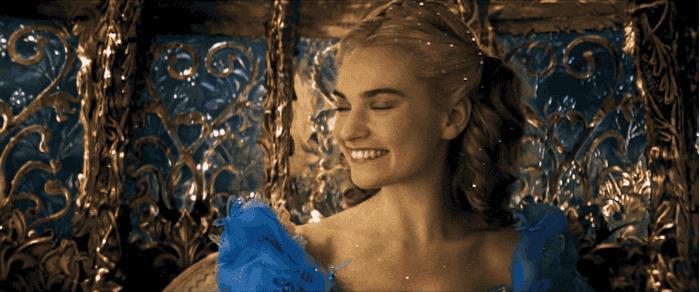 Lily James è Cenerentola in un'immagine del live-action Disney
