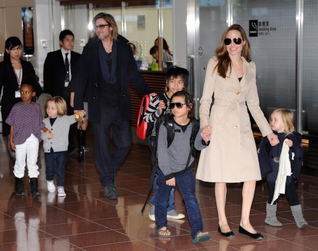 Angelina Jolie e Brad Pitt con i loro figli qualche anno fa
