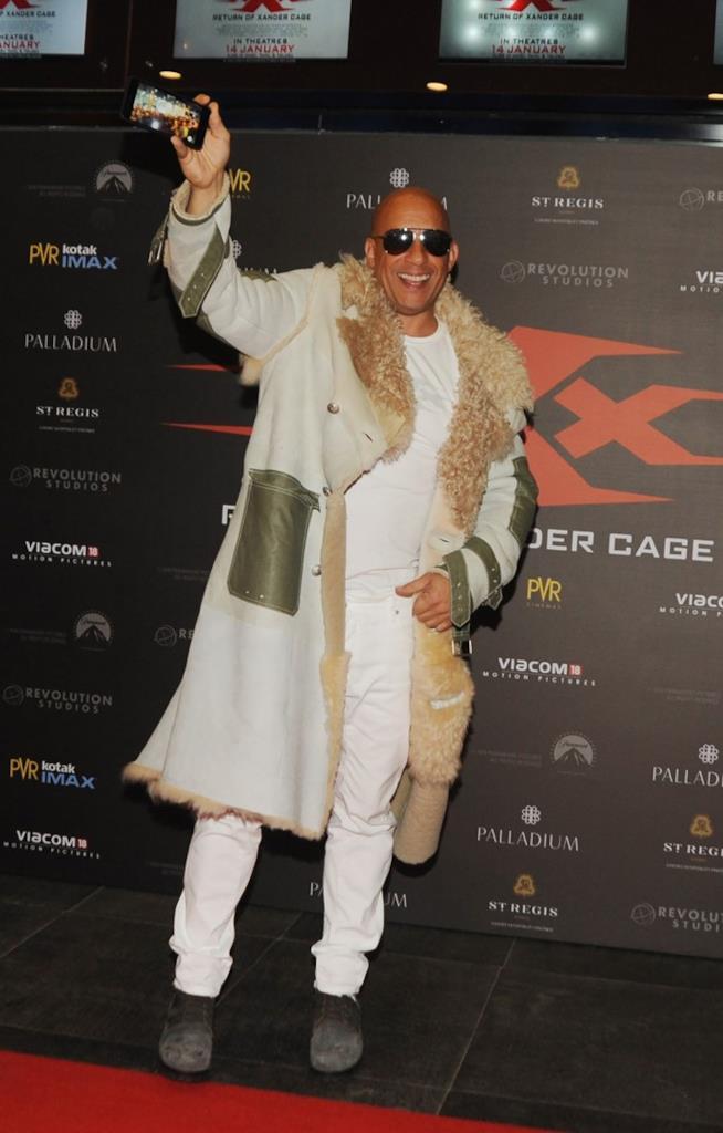 Vin Diesel posa per i fotografi alla premiere del suo nuovo film, xXx - Il ritorno di Xander Cage