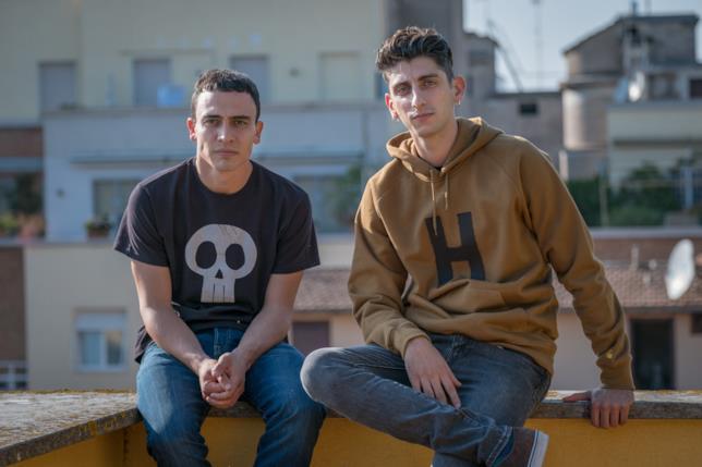 Simone Liberati e Pietro Castellitto insieme con aria seria