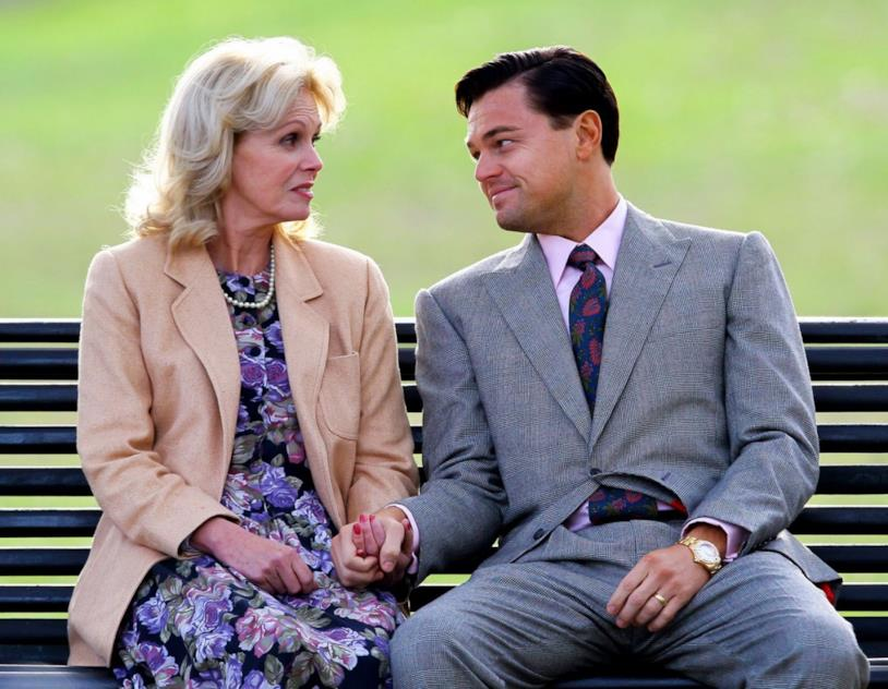 Joanna Lumley e Leonardo DiCaprio in una scena del film The Wolf of Wall Street