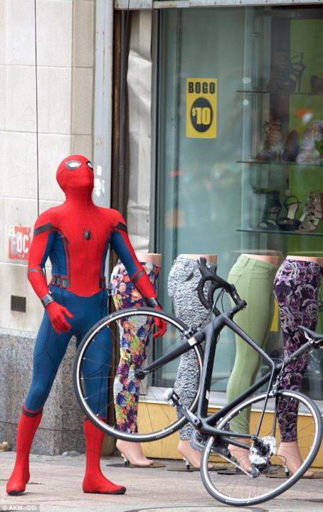 Tom Holland con una bici