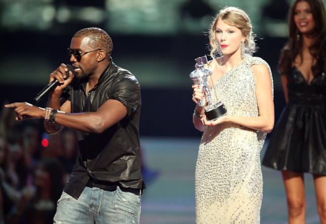 Taylor Swift insieme a Kanye West sul palco degli VMA 2009