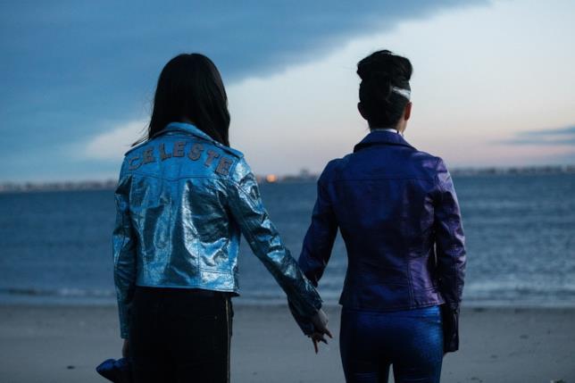 Raffey Cassidy e Natalie Portman, di spalle, osservano il mare in una scena del film