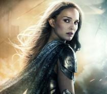 Un mezzobusto di Natalie Portman come Jane Foster nel poster di Thor: The Dark World
