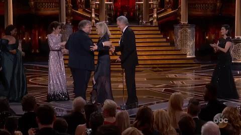 Gullermo del Toro controlla la busta quando gli viene consegnato l'Oscar