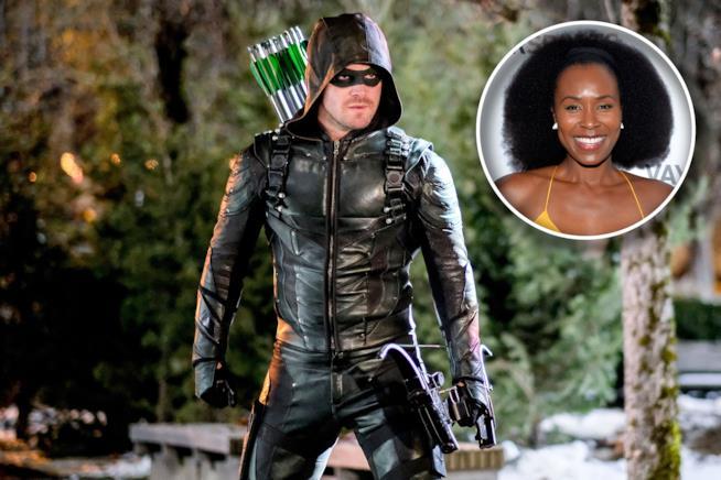 Oliver Queen nelle vesti di Arrow con arco e frecce e una piccola icona di Sydelle Noel
