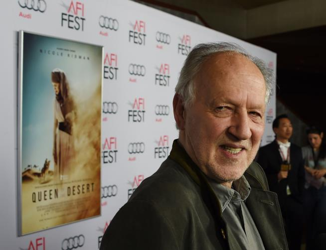 Locandina del film The queen of the Desert alle spalle del regista Herzog