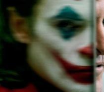 Un primo piano di Joaquin Phoenix versione Joker