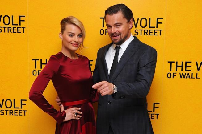 Primo piano di Margot Robbie e Leonardo DiCaprio