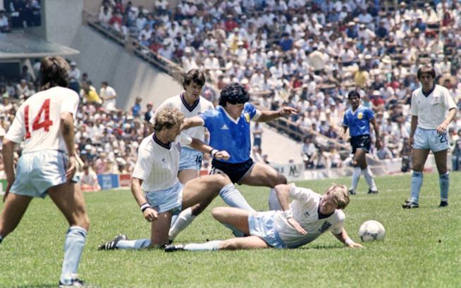 Maradona in azione durante Argentina-Inghilterra del 1986
