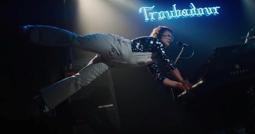 Taron Edgerton suona il piano in una scena di Rocketman