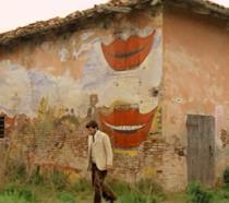 """Il protagonista davanti alla casa con le """"finestre che ridono"""""""