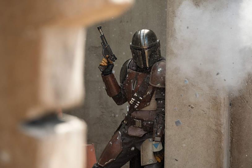 Pedro Pascal in azione in una scena della serie TV The Mandalorian