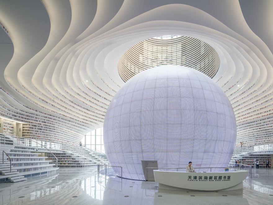 sfera gigante che campeggia in mezzo alla struttura
