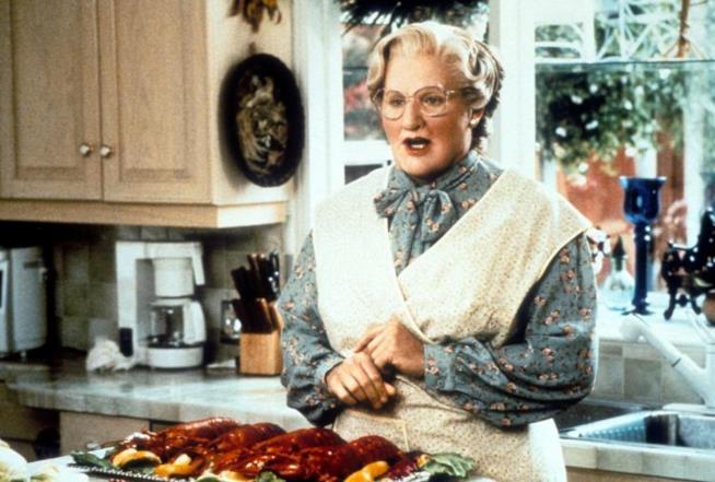 Mrs. Doubftire sta preparando la cena in cucina