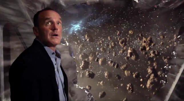 Lo sguardo sperduto dell'agente Coulson in una scena della season première
