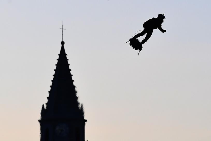 """Una foto di Franky Zapata che """"vola"""" con il suo Flyboard"""