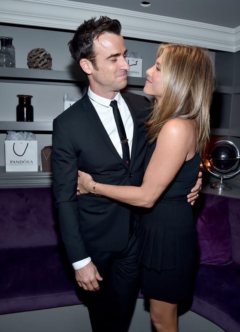 Jennifer Aniston e Justin Theroux abbracciati