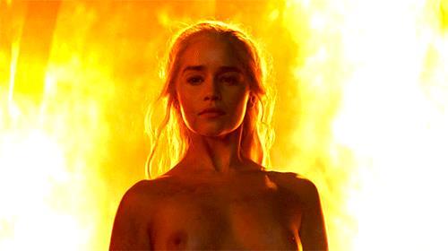 Daenerys nuda emerge dal fuoco