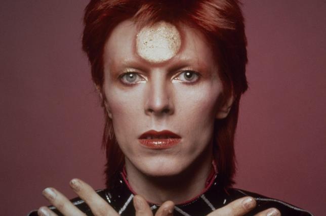 David Bowie in un noto servizio fotografico, ai tempi di Ziggy Stardust.