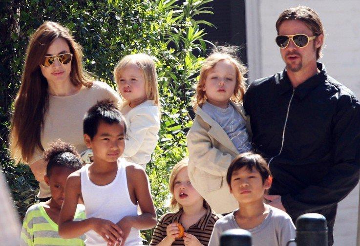 Brad Pitt e Angelina Jolie con i sei figli