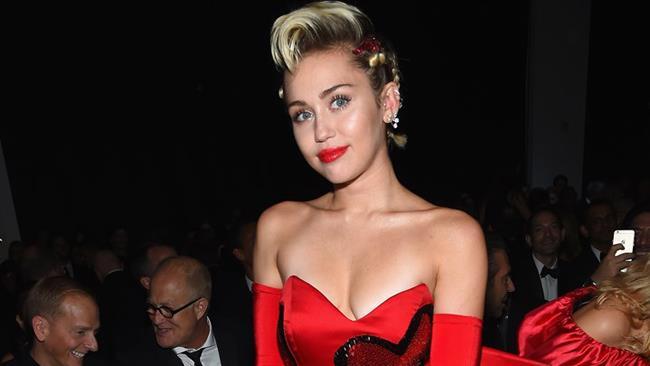 Miley Cyrus con un abito rosso a cuori