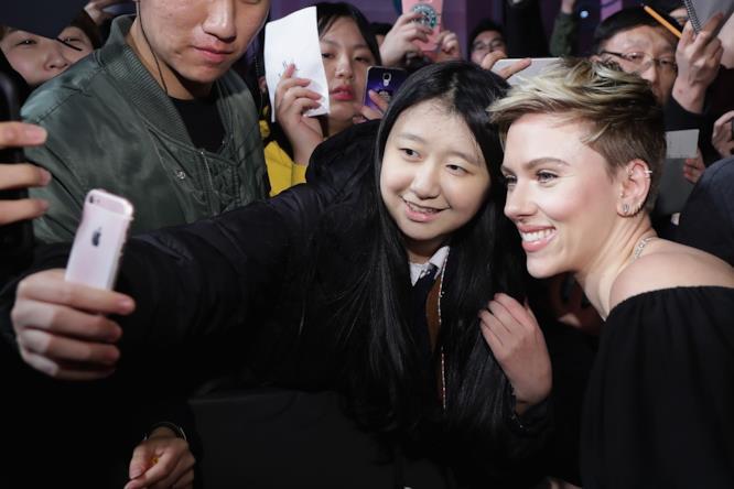 Scarlett Johansson con una fan coreana