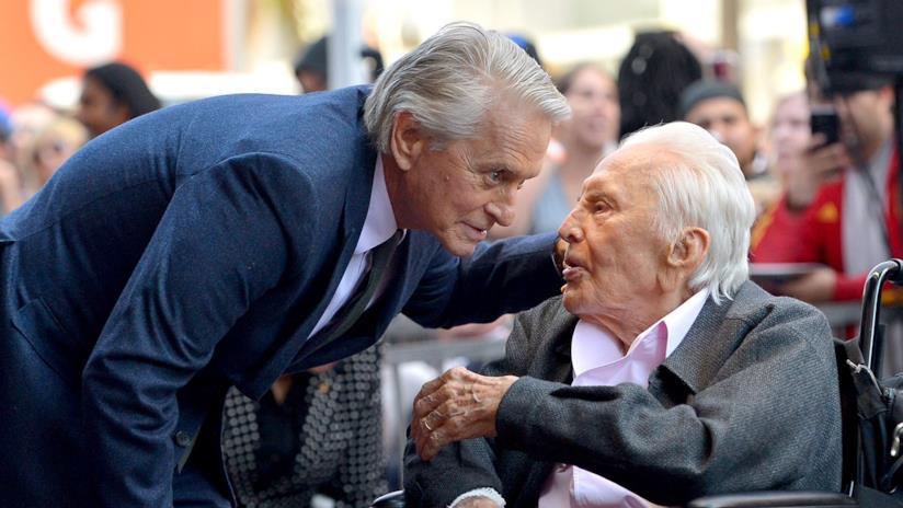 Michael Douglas e il padre Kirk durante la cerimonia stellare sulla Hollywood Walk of Fame