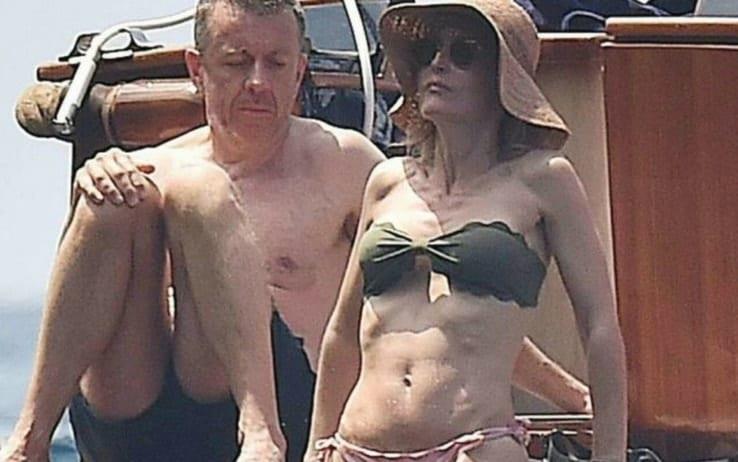 L'attrice di X-Files al mare con il compagno