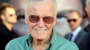 Un sorridente Stan Lee con i suoi classici occhiali