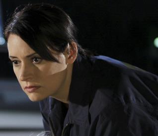 Emily Prentiss concentrata in una scena di Criminal Minds