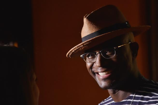 Taye Diggs sorridente con un cappello di paglia in testa