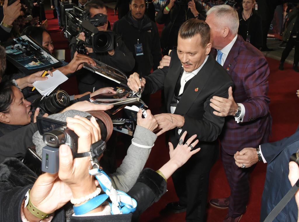 Johnny Depp e il bodyguard fanno un bagno di folla