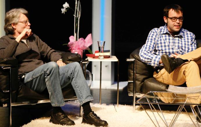Stephen King e Owen King in un salotto