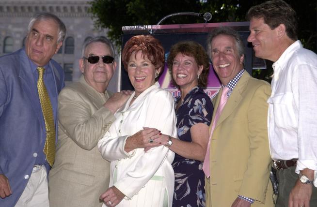 Garry Marshall con gli attori della serie TV Happy Days