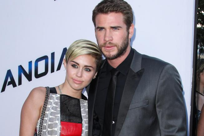 Primo piano di Miley Cyrus e Liam Hemsworth