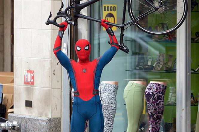 Tom Holland alza una bici