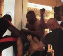 Un fermo immagine del video della rissa tra i rapper francesi
