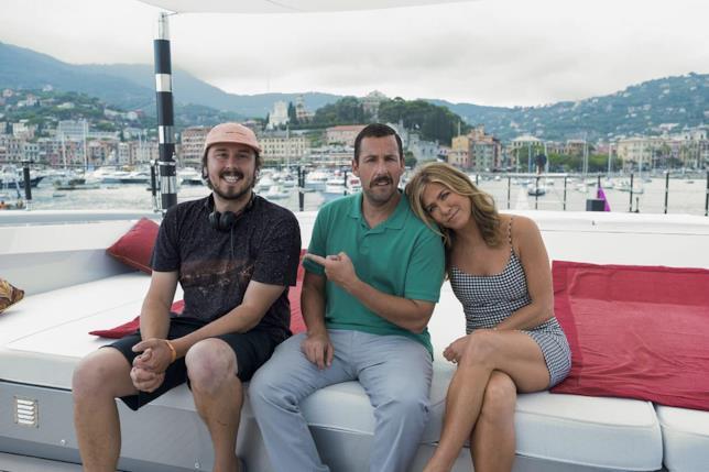 Il regista Kyle Newacheck con Adam Sandler e Jennifer Aniston