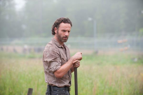 Rick Grimes al lavoro nel suo orto in The Walking Dead