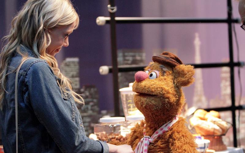 Nella nuova serie I Muppets Riki Lindhome interpreta la fidanzata di Fozzie