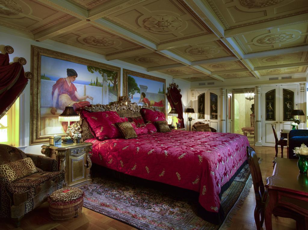 Le stanze di casa casuarina la villa di gianni versace - Camera da letto gialla ...