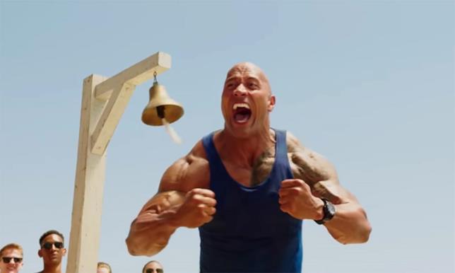 The Rock in una scena del film Baywatch